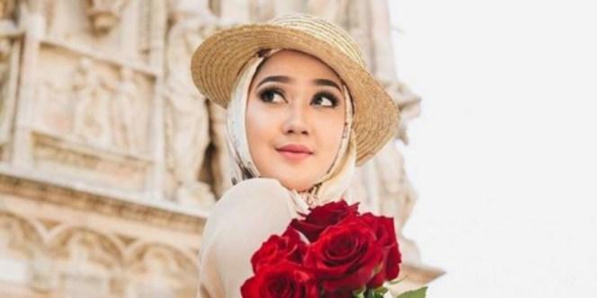 https://behijab.com/blog/ide-ide-gaya-hijab-bak-princess-ala-desainer-dian-pelangi-2/